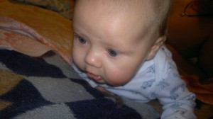 Когда новорожденный держит головку